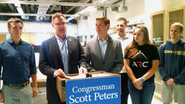Rep. Scott Peters is joined by Rep. Eric Swalwell and engineering students at the UC San Diego prototyping center. (Photo by Chris Jennewein)